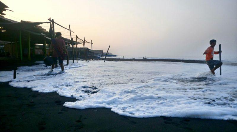 gelombang tinggi hantam Pantai Depok
