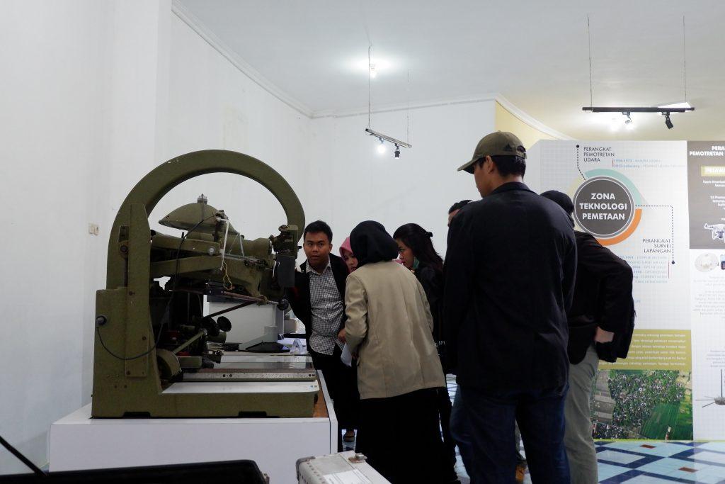 Mahasiswa sedang Dipandu Mengenai Koleksi Museum Gumuk Pasir