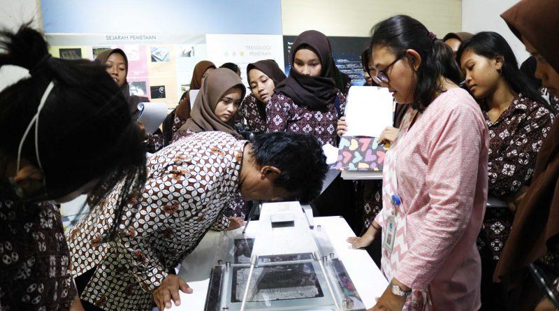 SMA N 1 Girimulyo berkunjung sekaligus belajar di Museum Gumuk pasir