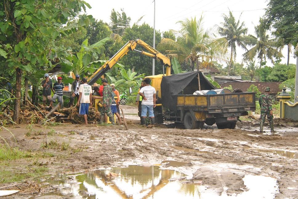 Banjir Bantul membawa lumpur ke permukaan jalan