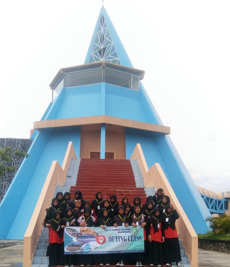 SMP IT Daarul Hidayah Sukoharjo Menyempatkan Berfoto di Depan Museum Gumuk Pasir