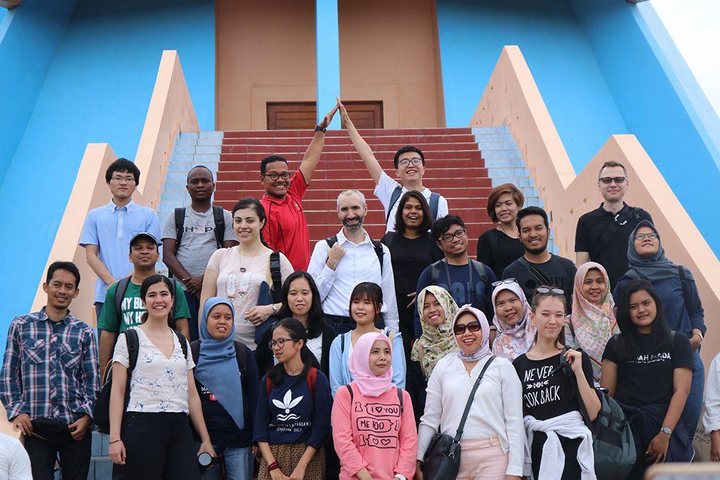 Field Trip Summer Course UGM Berfoto Bersama