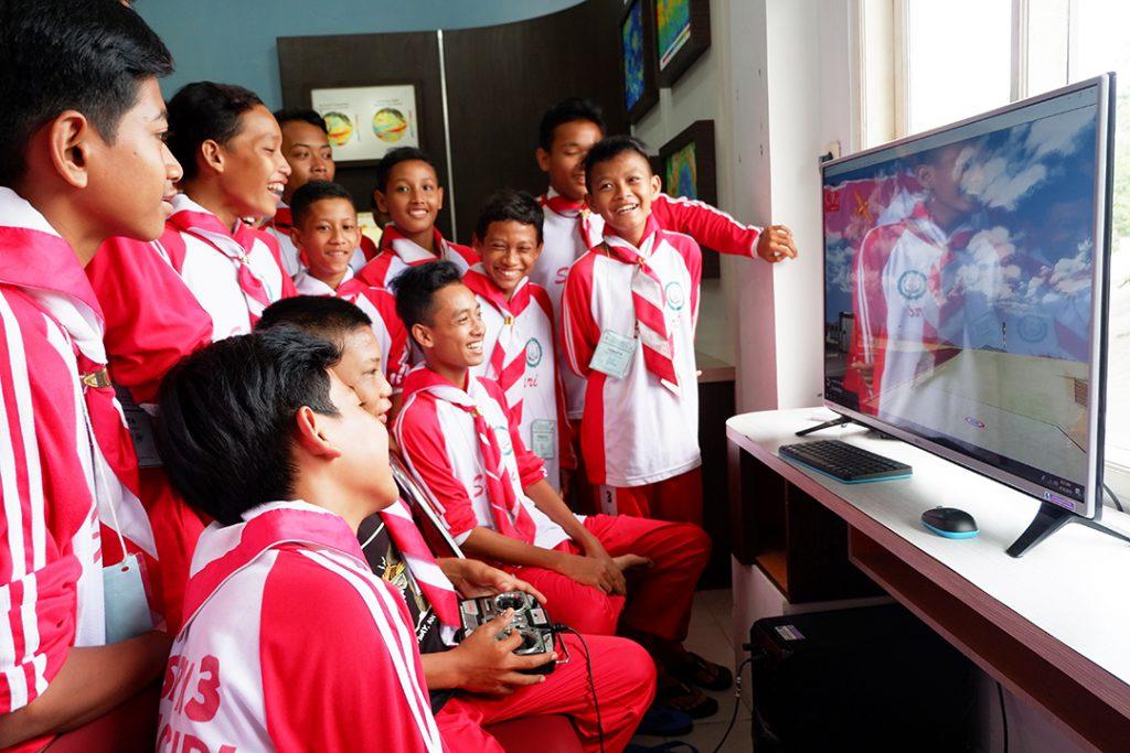 SMP Negeri 3 Imogiri mencoba simulator drone yang berada di Museum Gumuk Pasir