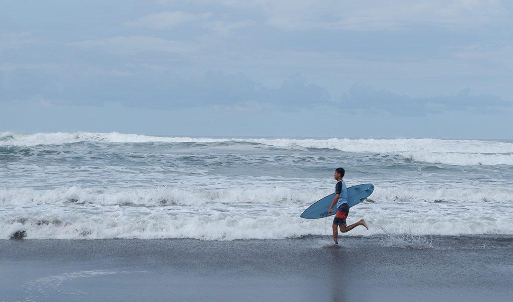 Pantai Parangtritis dinilai cocok untuk olahraga Surfing