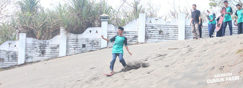 Sand Boarding di Kawasan Museum Gumuk Pasir Parangtritis