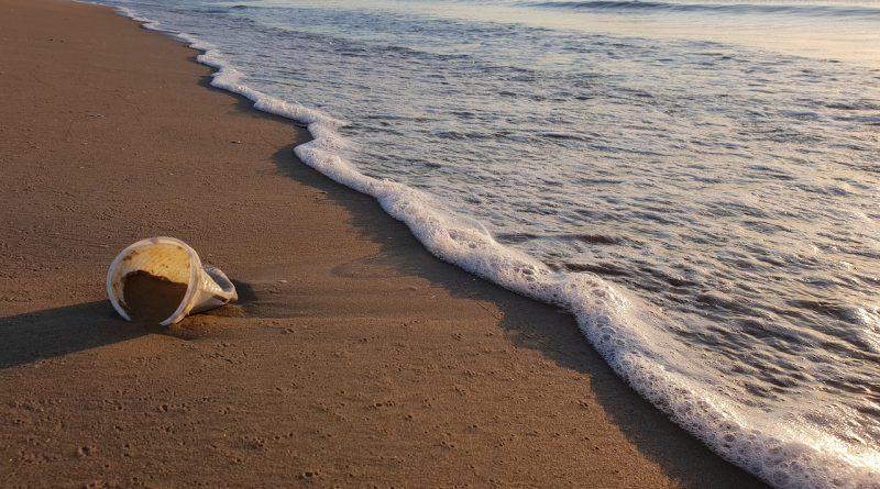 Sampah Plastik yang Terbuang di Laut