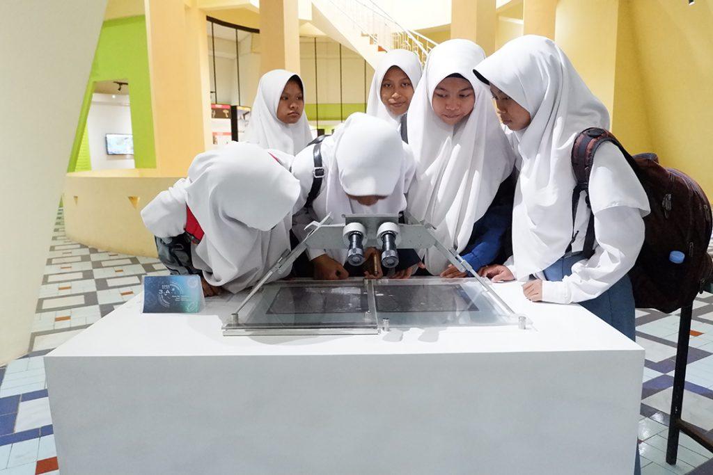 Siswa siswi SMA N 1 Jetis Bantul mencoba koleksi Museum Gumuk Pasir