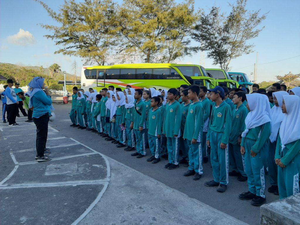 Sebanyak 3 bus pariwisata yang berisi 145 anak siap memasuki Museum Gumuk Pasir