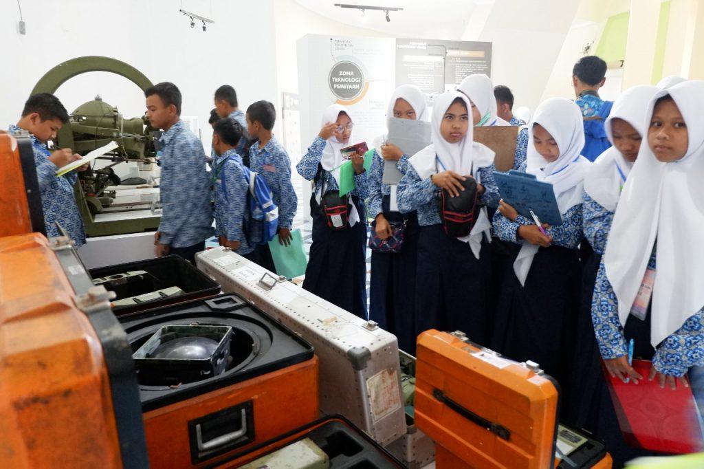 koleksi museum gumuk pasir manambah wawasan siswa