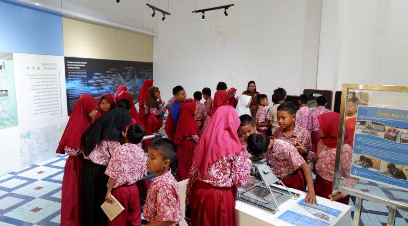 Siswa-siswi SD Bendungan II Mencoba Koleksi Museum Gumuk Pasir