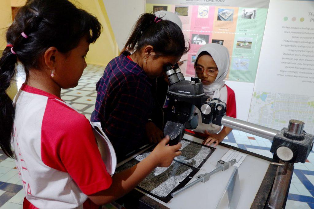 Siswa siswi SD Negeri Pingit tampak antusias keliling Museum Gumuk Pasir
