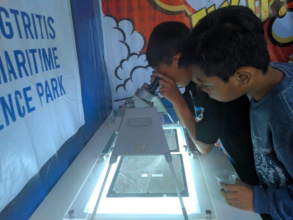 Stereoskop menjadi salah satu daya pikat pengunjung stand Museum Gumuk Pasir