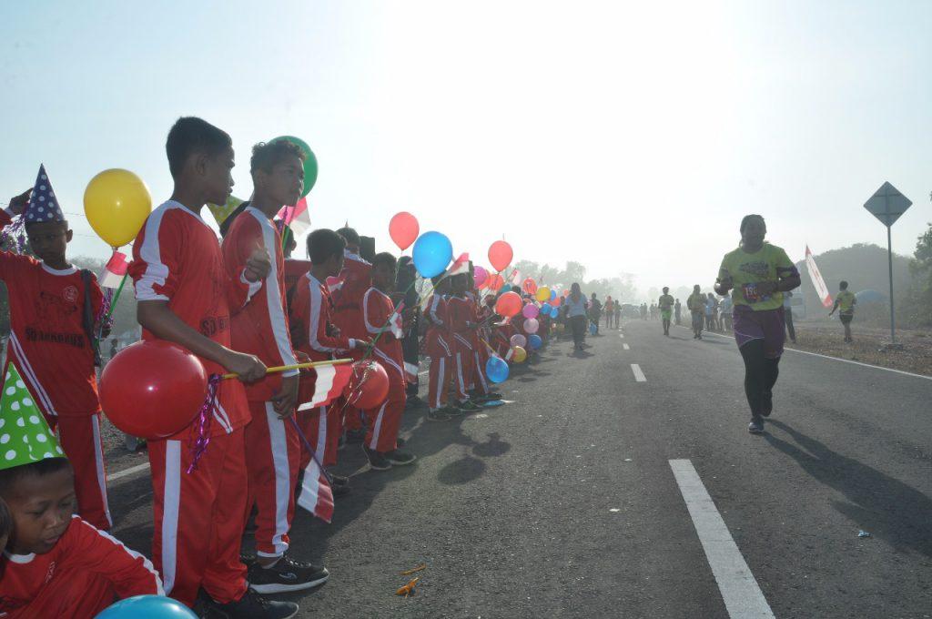 SD N Bungkus menjadi cheers dalam perlombaan lari