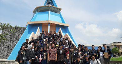 Mahasiswa STIPRAM berkunjung ke Museum Gumuk Pasir