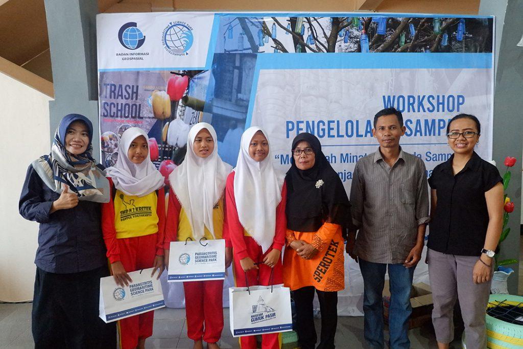 PGSP memberikan cinderamata kepada peserta workshop