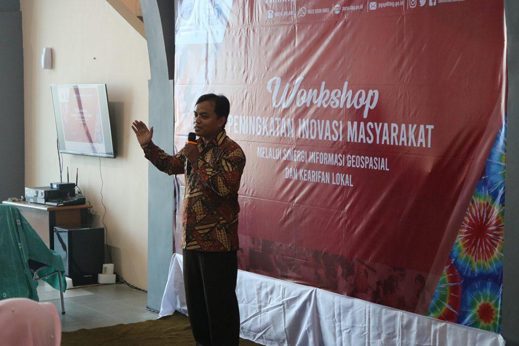 Pengenalan Batik Celup dari Pemateri Workshop