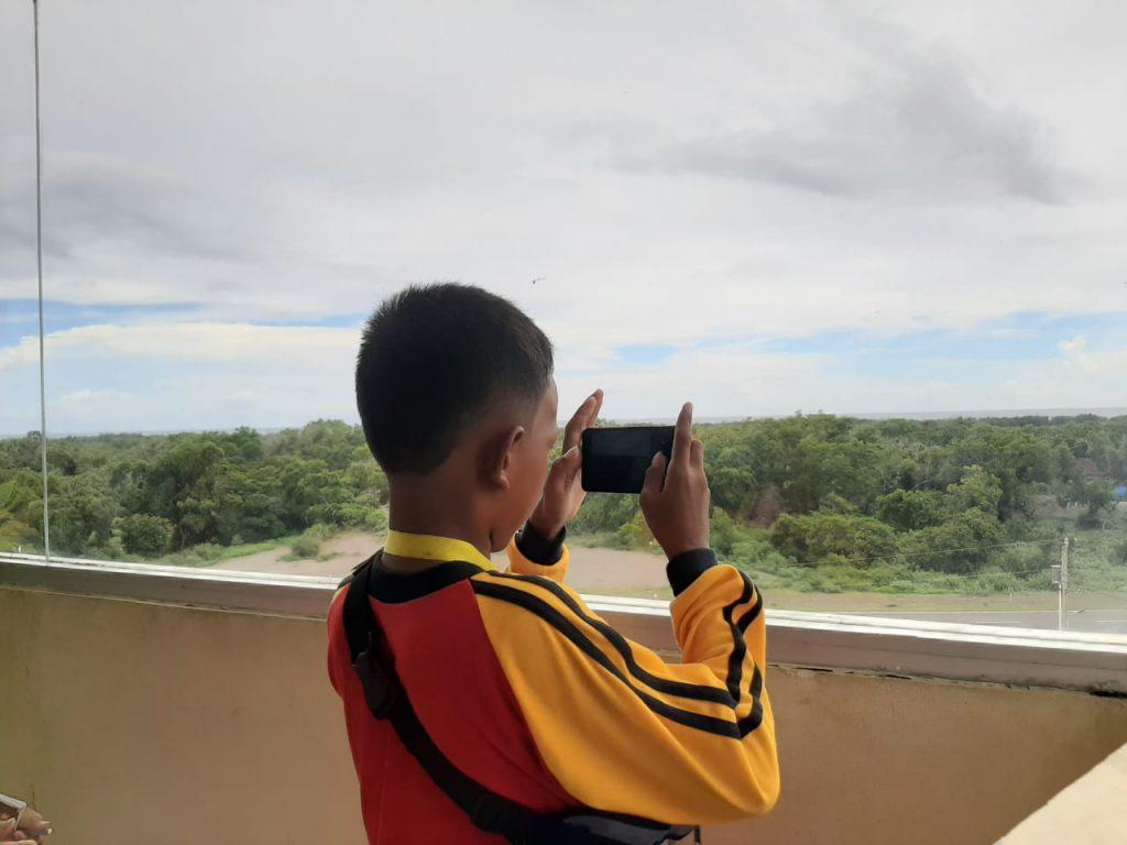 Siswa SD Rejodani berfoto di Menara Pandang Museum Gumuk Pasir
